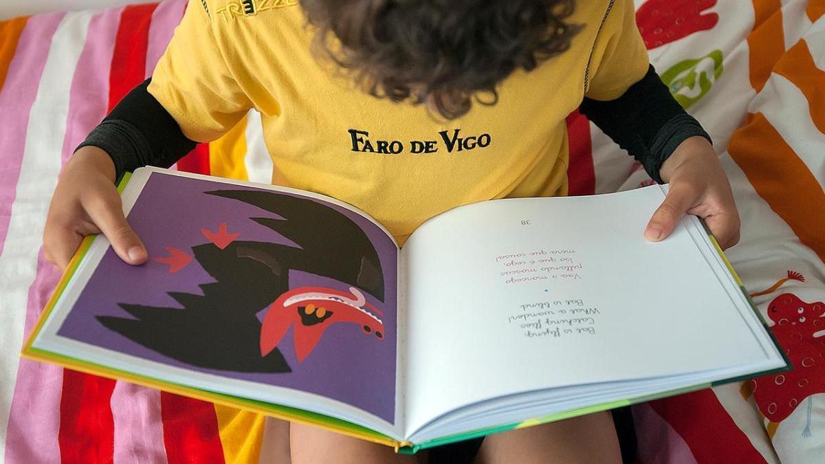 Un niño leyendo un cuento infantil