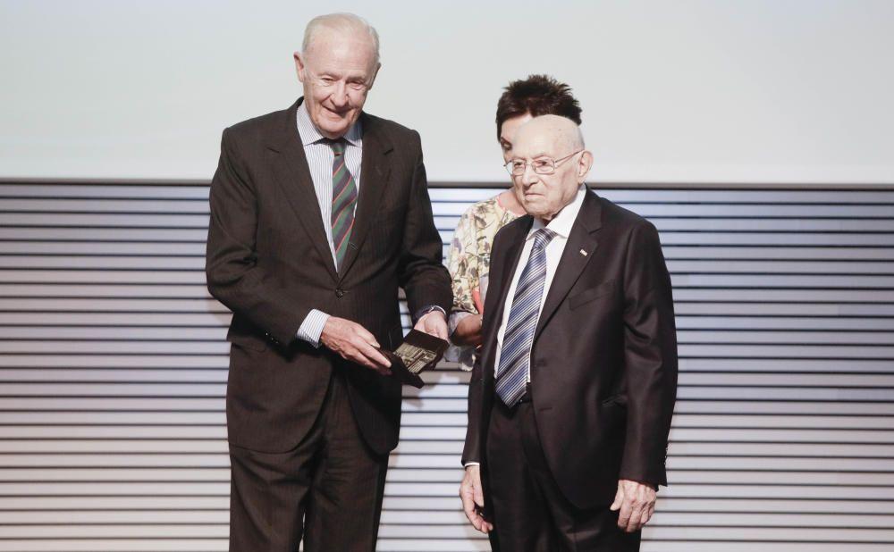 Antoni Fontanet recibe el premio de manos de Conrado de Villalonga, consejero de Editora Balear