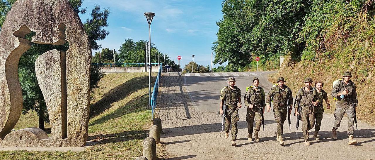 La primera patrulla de la Brilat que salió ayer de Tui, rumbo a Santiago de Compostela.     // J.B.