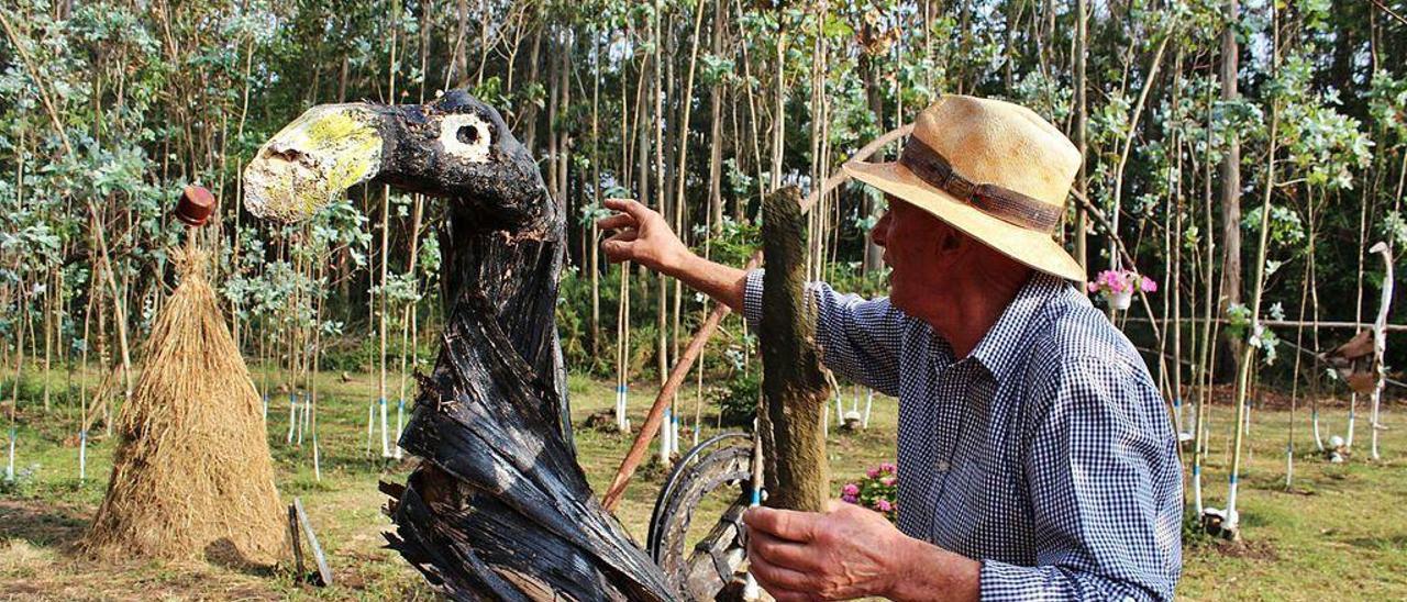 """José Manuel Alonso, """"Camarada"""", muestra el detalle del cormorán que ha creado en su finca de Mirayos."""