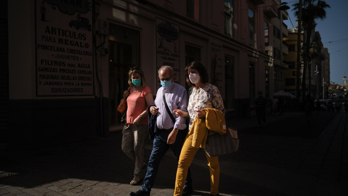 Una familia con mascarilla pasea por las calles de Tenerife.