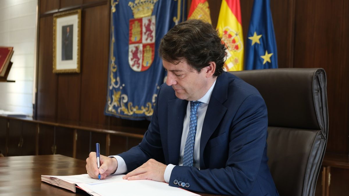 Alfonso Fernández Mañueco rubrica la ley sobre el impuesto de sucesiones.