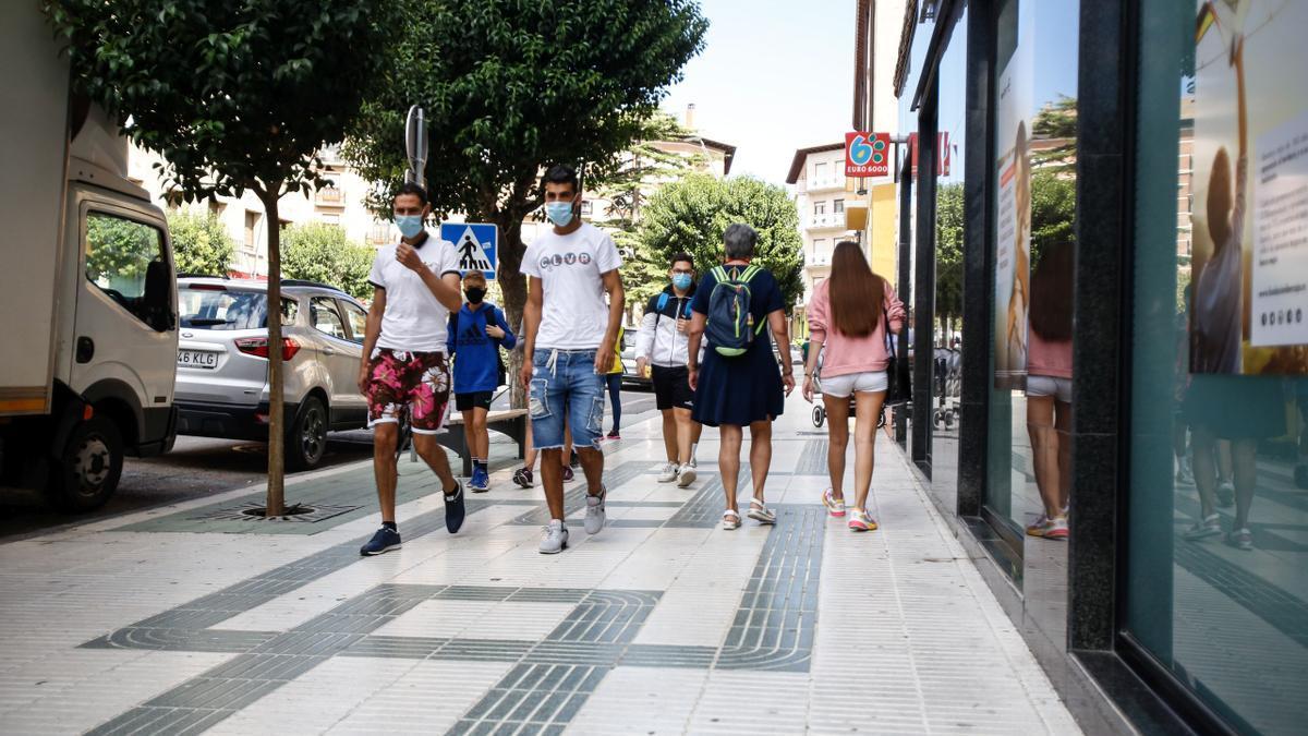Ciudadanos de Ejea dan un paseo por las calles de la ciudad confinada