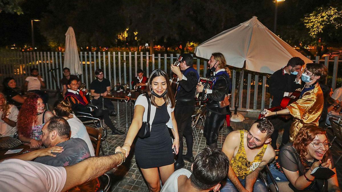 Ambiente en la terraza de un bar de copas de la plaza del Cedro de València en la madrugada del viernes. | F. CALABUIG