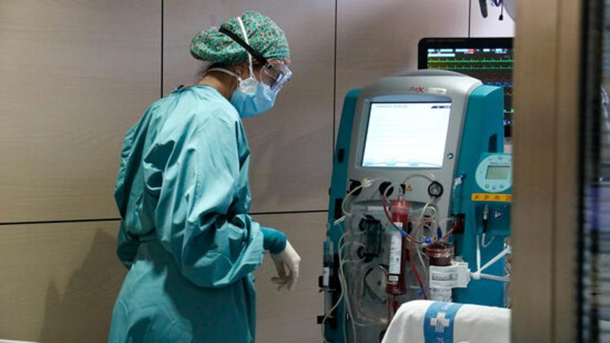 Els hospitals catalans ja superen els 2.000 ingressats per Covid, amb 458 crítics i 21 morts més