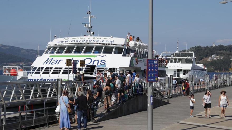 Las malas condiciones truncan el viaje de un barco a Cíes con 70 pasajeros