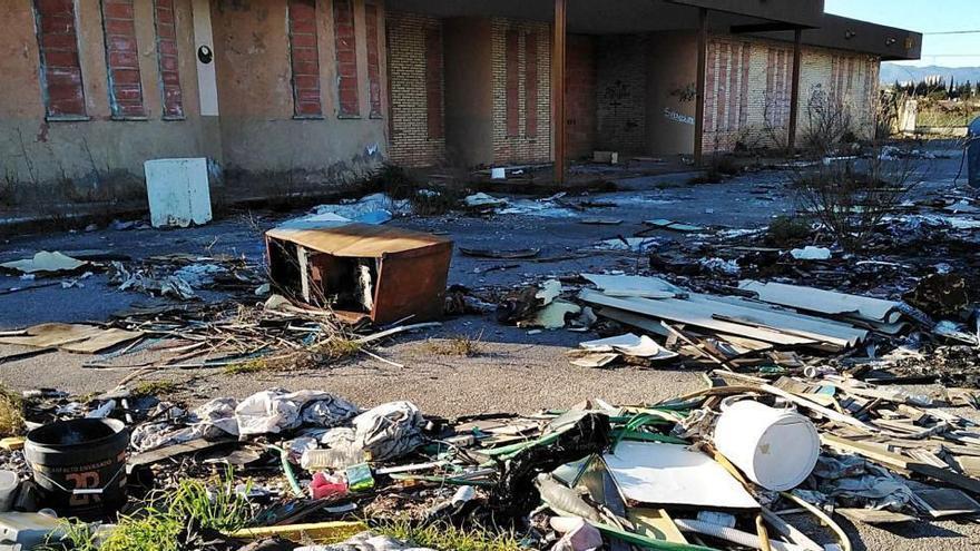 El vandalisme converteix una antiga llar d'infants en abocador