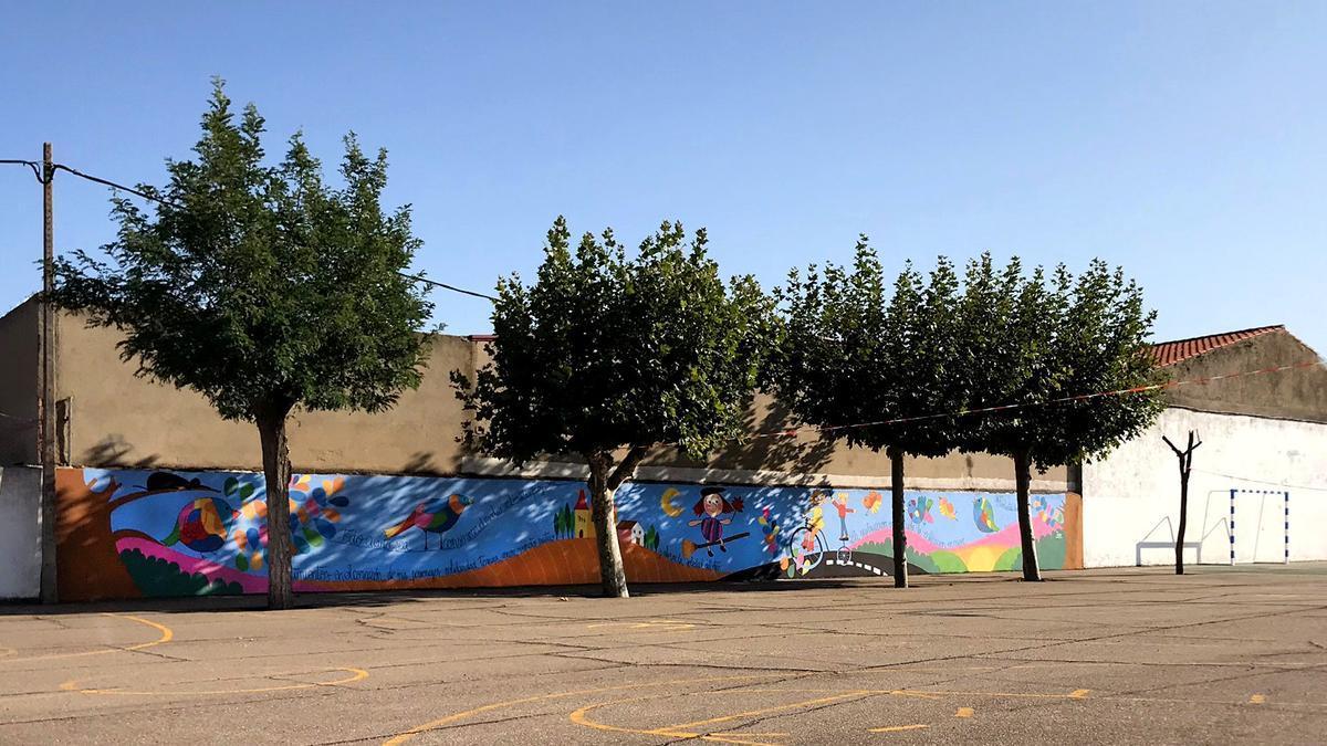Mural en Moraleja del Vino en homenaje a Miguel Delibes.