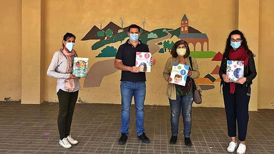 El alcalde Antonio Juárez (centro) en la entrega de los libros. | Ayto. de Tábara