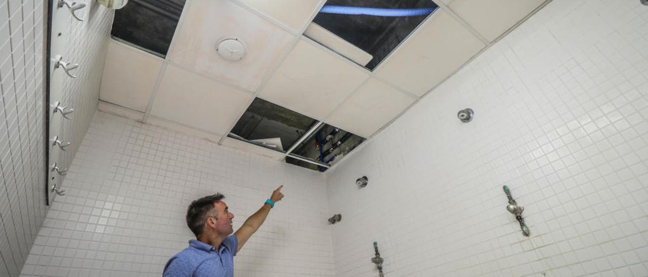 Las válvulas y nuevas tuberías instaladas en las duchas de uno de los vestuarios del polideportivo Francisco Laporta.