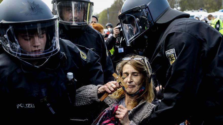 Unos 8.000 manifestantes protestan contra la ley de Merkel para imponer medidas más duras contra el covid
