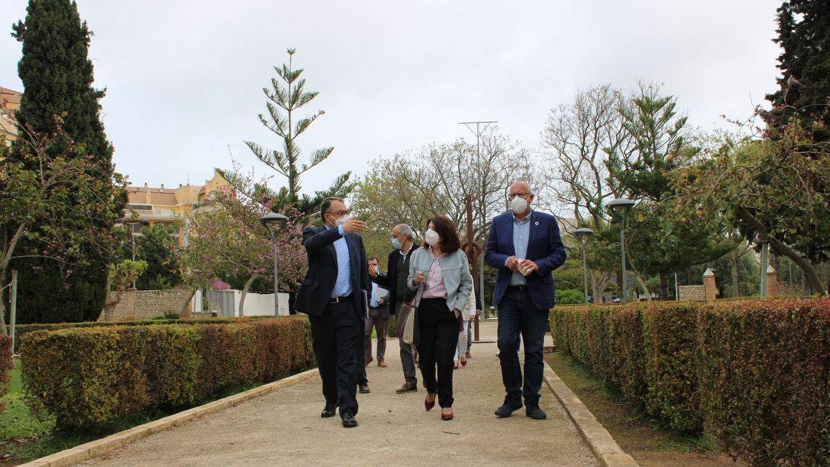 La rectora de la Universidad de Alicante y el alcalde, en la finca de Torrecremada