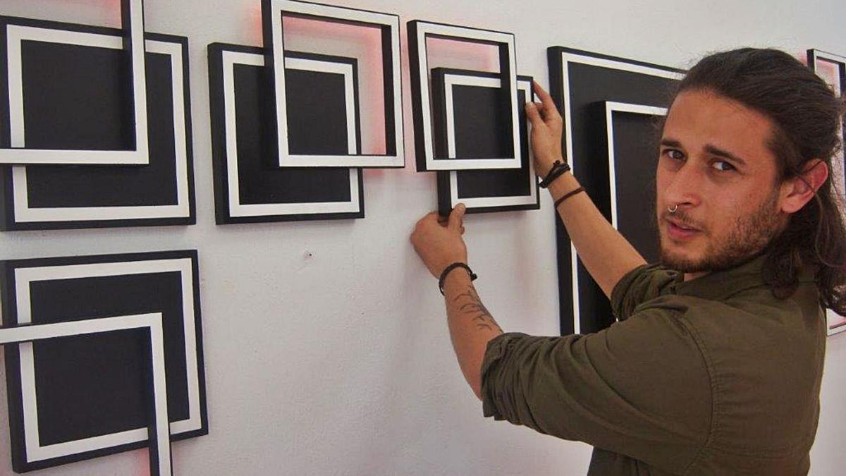El artista, con varias de sus obras, en la exposición que acaba de inaugurar.