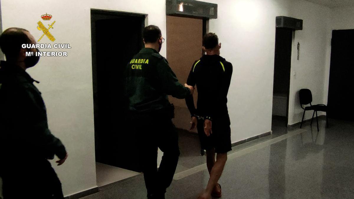 La Guardia Civil traslada al detenido en San Vicente.