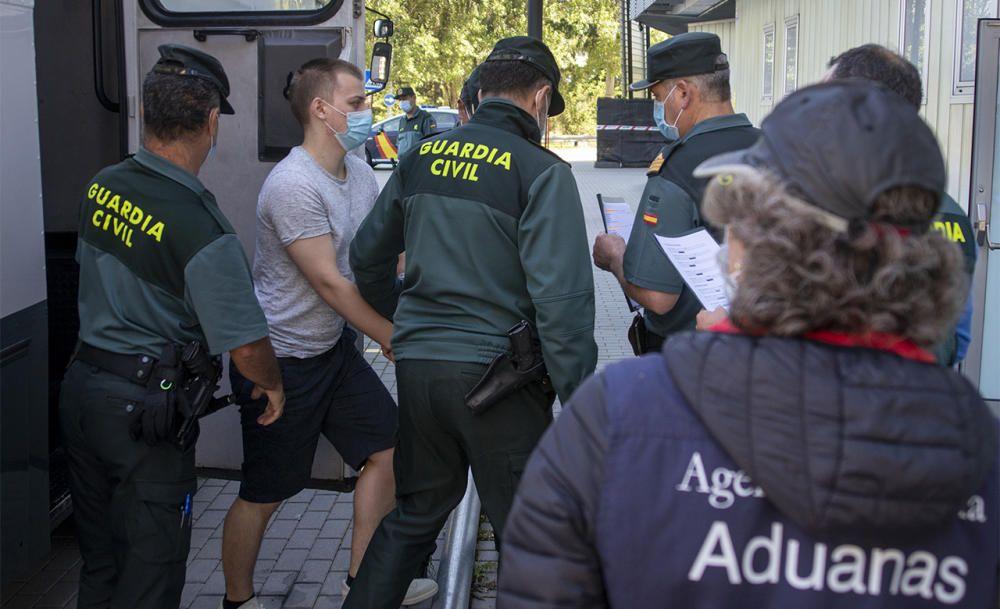 Los detenidos llegando a los juzgados de Ourense. // Carlos Peteiro