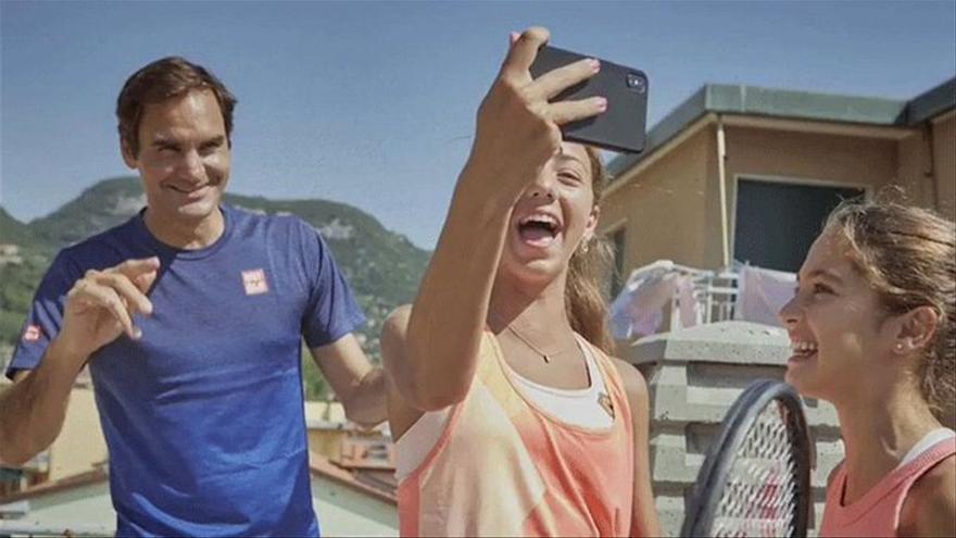 Federer cumple una promesa hecha durante el coronavirus