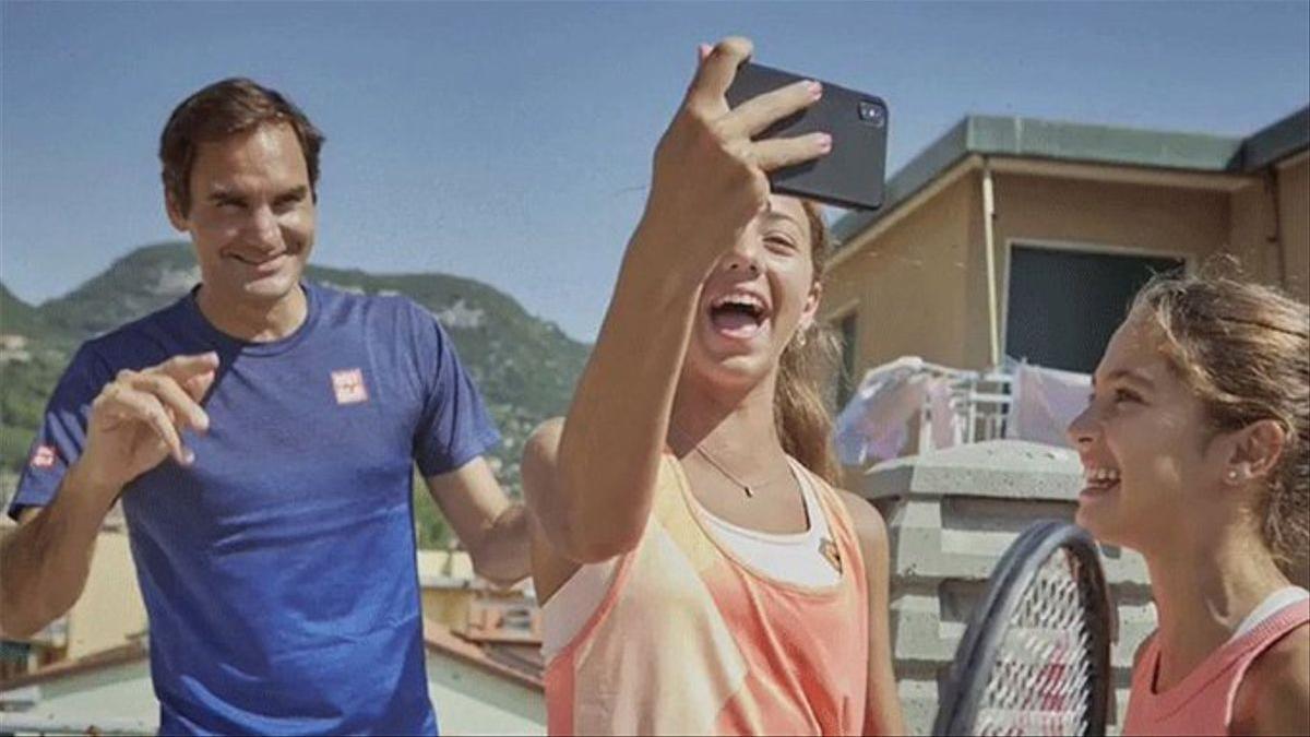 Carola y Vittoria se hacen un selfie junto a Federer.