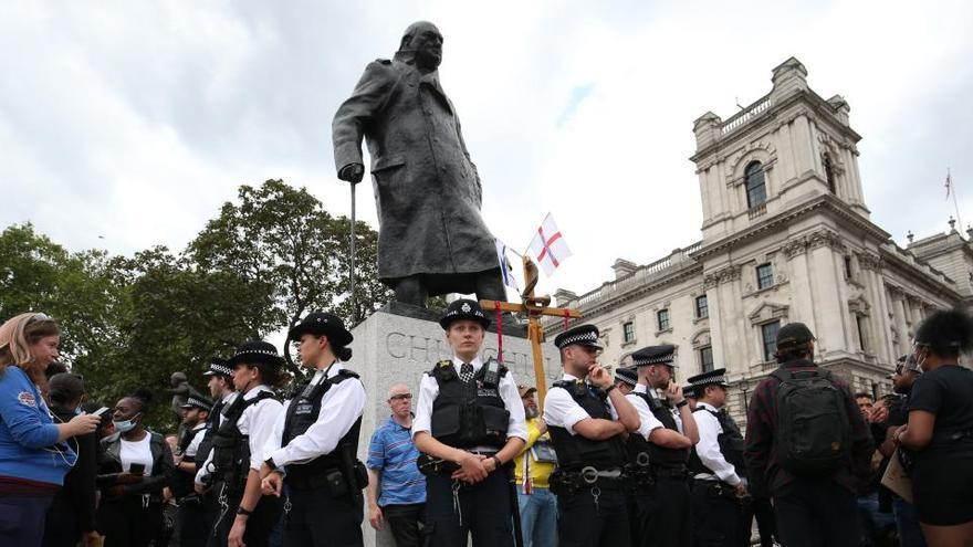 Vandalizan la estatua de Winston Churchill en las protestas de Londres