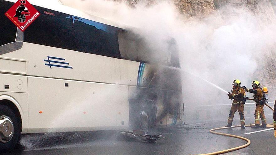 Un bus con 30 menores deportistas sufre un incendio con varias explosiones en la AP-7