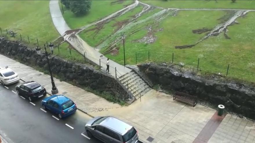 """Una """"cascada"""" formada en unas escaleras de Villafría obliga a los vecinos a dar un rodeo"""