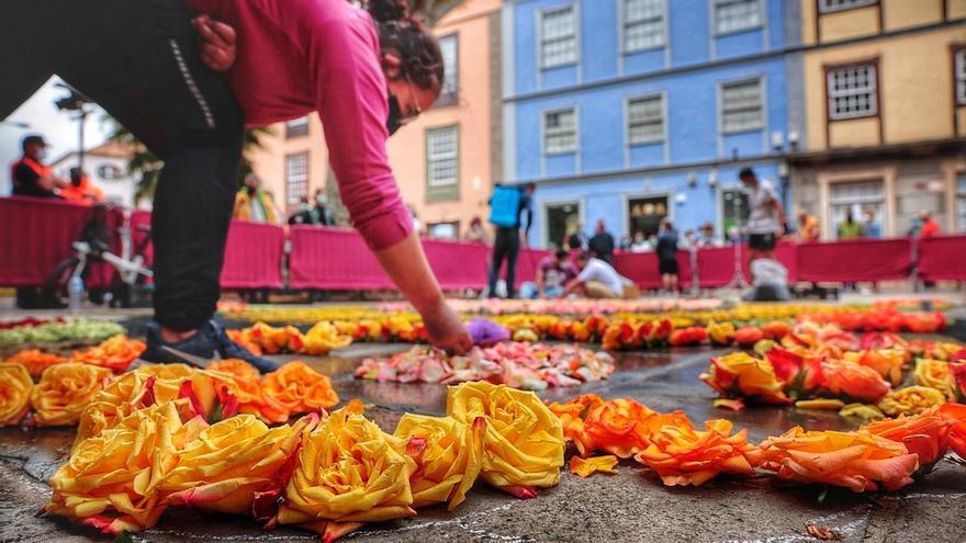 La Laguna recupera el Corpus Christi en la calle y rescata el uso de las flores