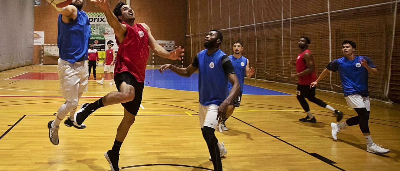 Entrenamiento del equipo de EBA del Club Baloncesto Puerto de Sagunto.  | DANIEL TORTAJADA