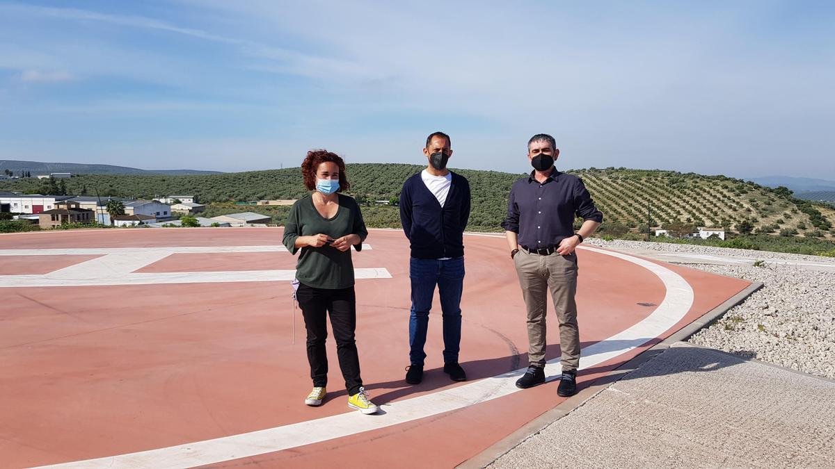 Ana Naranjo, Sebastián Pérez y Miguel Villa, en el helipuerto del 061 en Lucena.