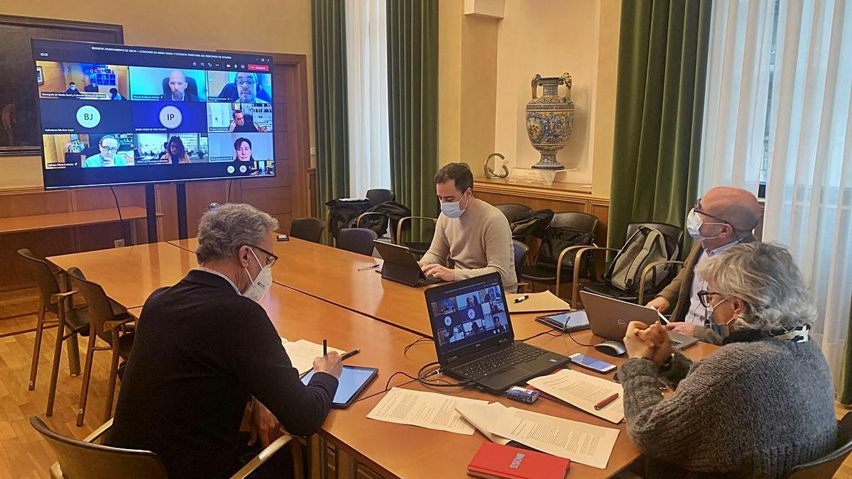 Ana González sigue la reunión rodeada del edil de Obras Públicas, Olmo Ron, y los directores generales de Obras Públicas y Urbanismo, Pedro Guerrero y Gonzalo Canga, respectivamente.