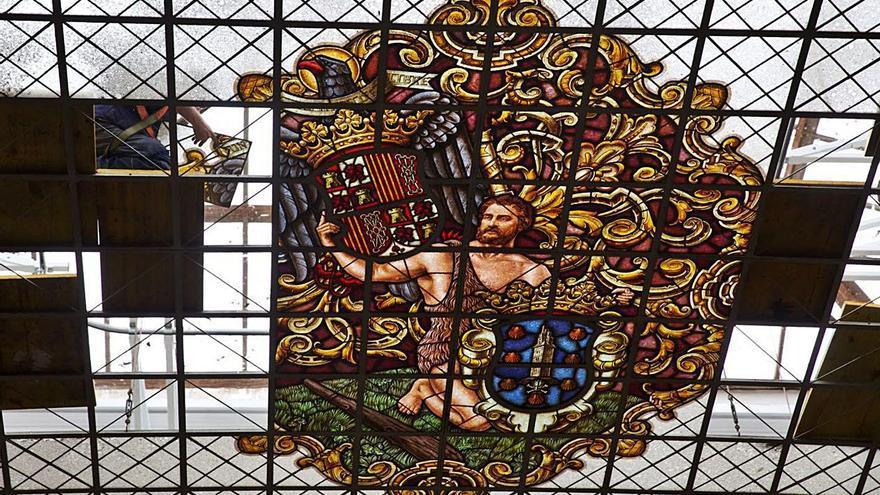 El Palacio Municipal recuperará este año su vidriera, ahora con el escudo constitucional