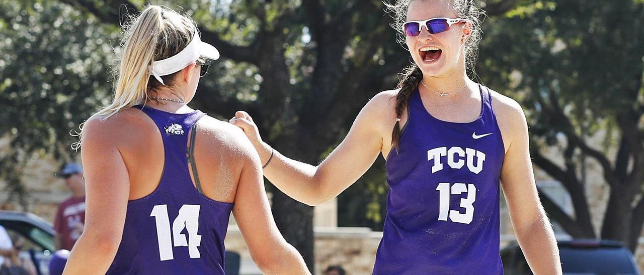 Daniela Álvarez, a la derecha, celebra un punto durante un partido con una compañera. | TCU