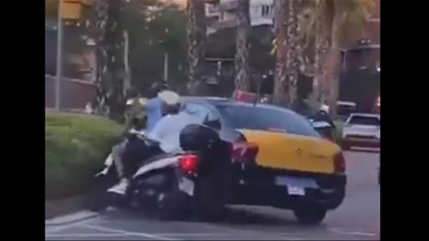 La Fiscalía investiga al taxista que embistió a un motorista con un niño