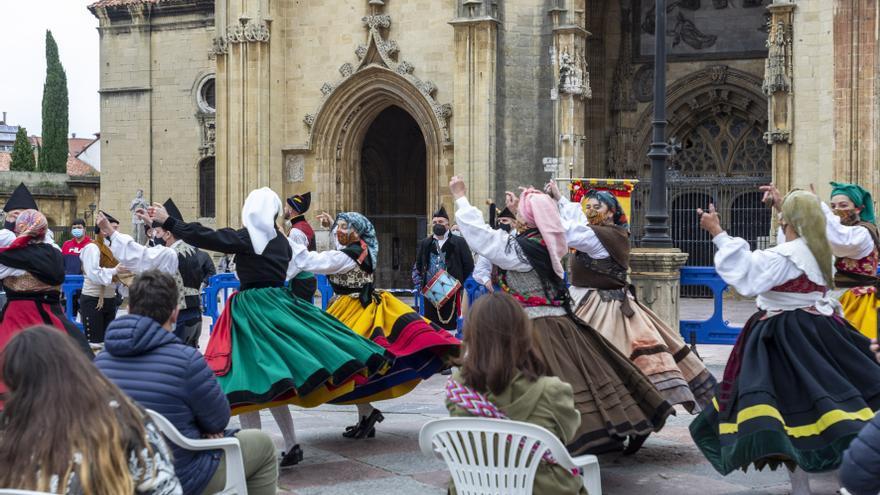 San Juan en Oviedo: juegos infantiles y bailes regionales