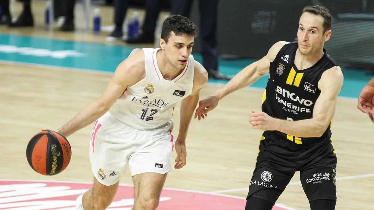 Alocén y Huertas, en una acción del Real Madrid-Lenovo Tenerife.
