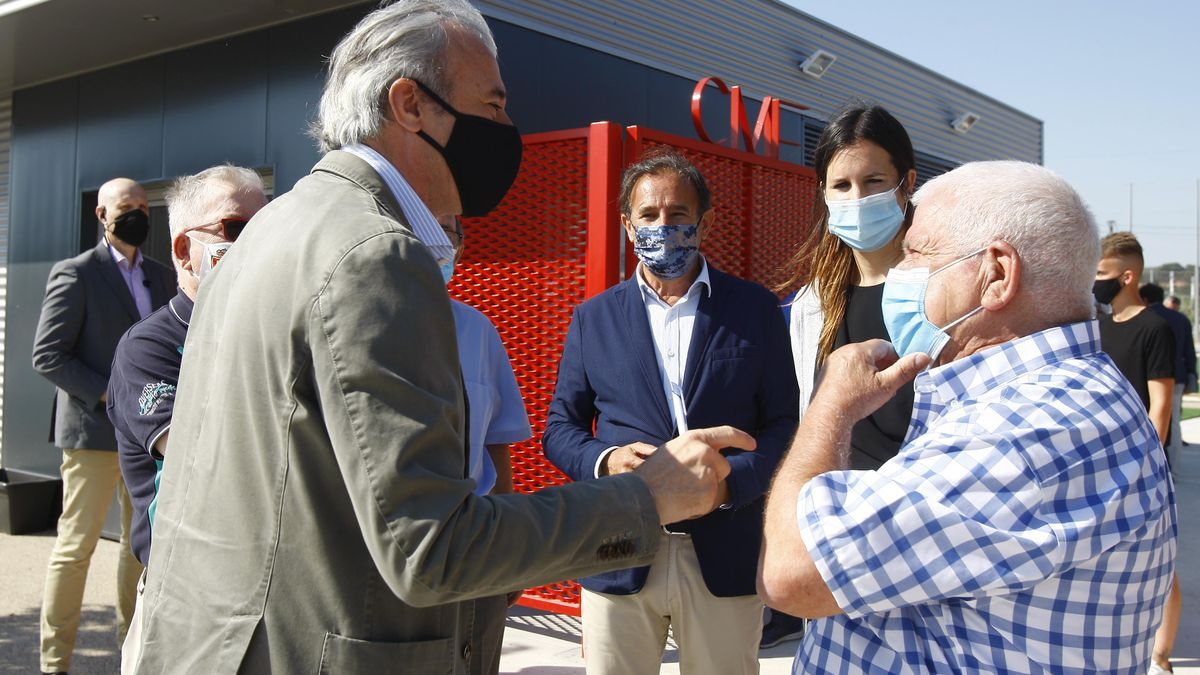 Jorge Azcón, Cristina Gracia y los demás representantes durante la presentación de las nuevas instalaciones.