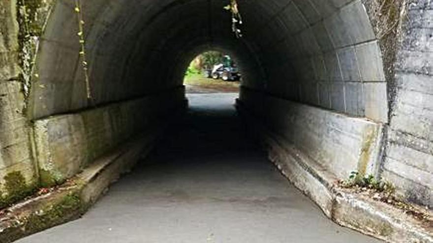 El Concello de Agolada mejora el vial del túnel de Eirexe, en Berredo