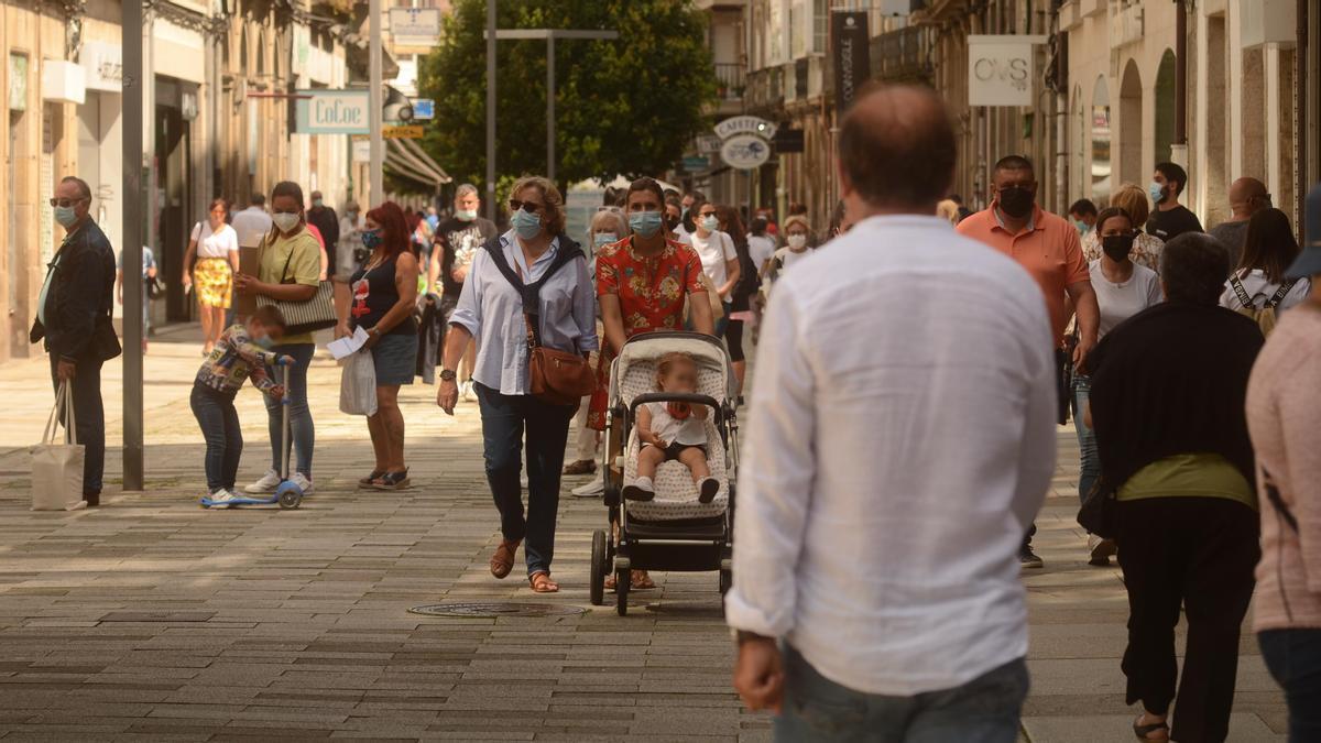 Gente con mascarillas por las calles del centro de Vilagarcía.