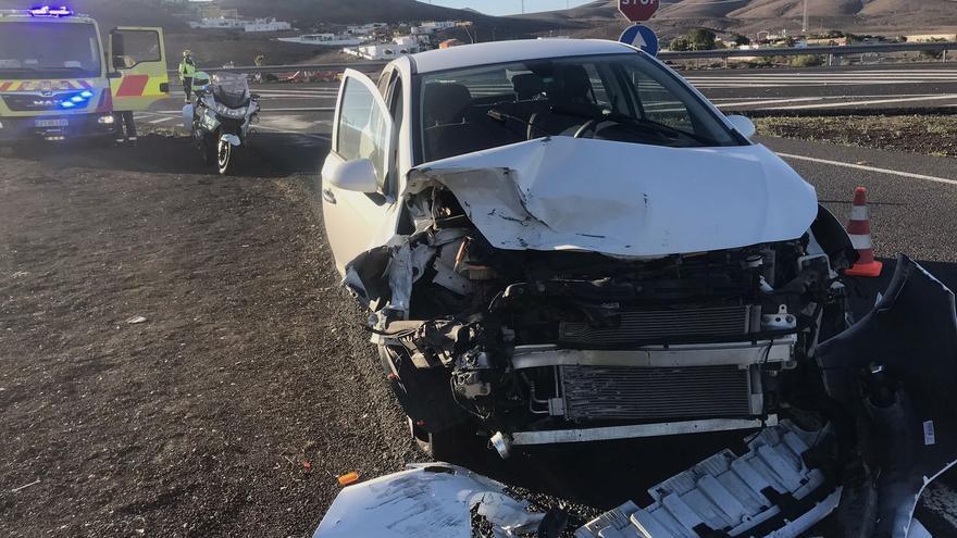 Aparatoso accidente entre dos turismos en Tuineje