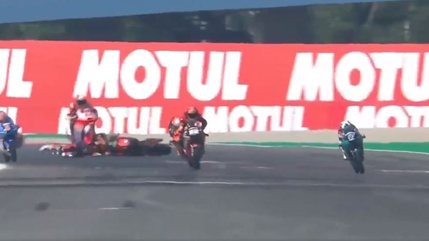 Pedro Acosta, atropellado durante los entrenamientos libres de Moto3