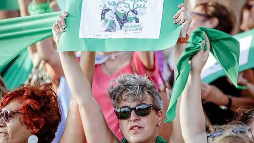 Medio centenar de feministas de Mallorca se manifiestan en la Seu a favor del aborto en Argentina