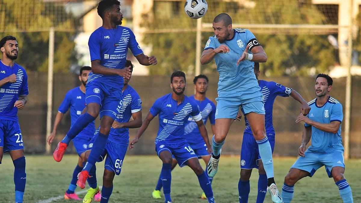 David Andújar cabecea un centro durante el partido amistoso ante el Al-Nasr. | PRENSA FC CARTAGENA