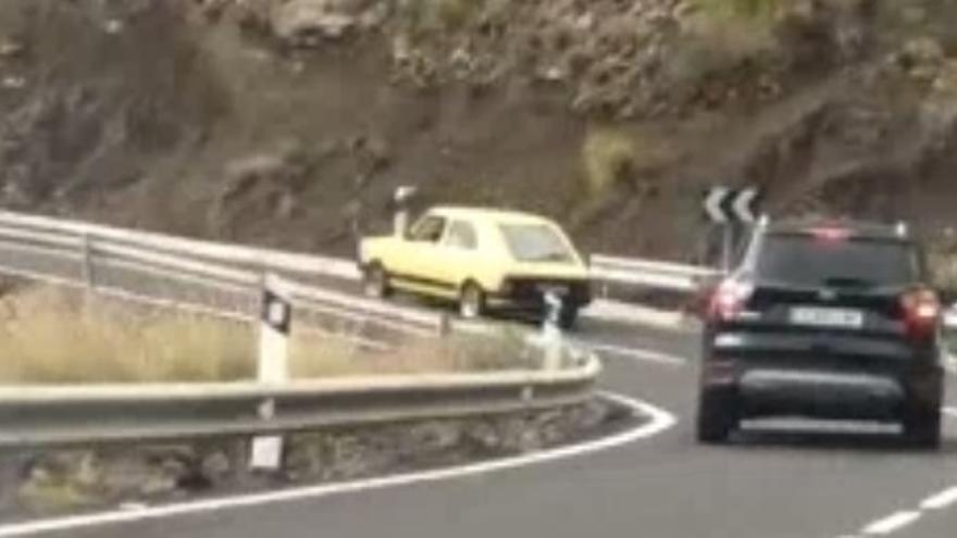 Nuevo caso de conducción temeraria: invade el carril contrario para adelantar a tres coches en La Aldea