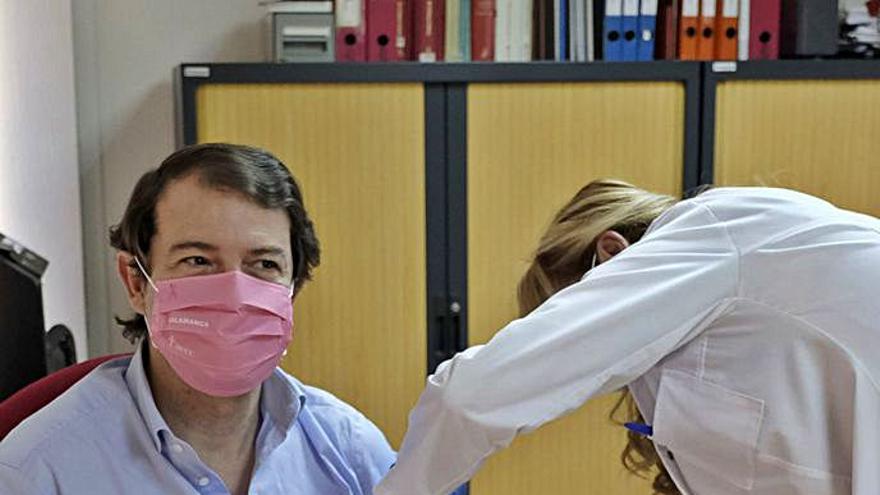 Mañueco defiende la prevención y anima a vacunarse contra la gripe