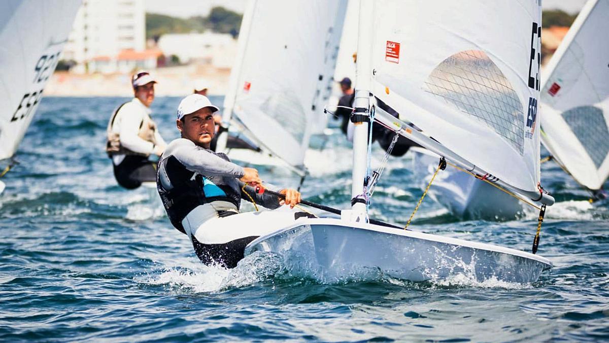 El grancanario Joel Rodríguez, ganador de la Copa de España de la clase ILCA 7, durante una de la regatas celebradas ayer en la bahía de Cádiz. | | LP/DLP