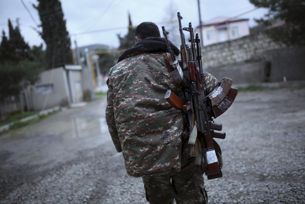 Un soldado de la República de Nagorno Karabaj, proclamada independiente de forma unilateral y  sólo reconocida internacionalmente por el Estado norteamericano de California,  porta armas en la región de Martakert, que ha sufrido en los últimos días una escalada de violencia por un conflicto que llevaba congelado durante años.