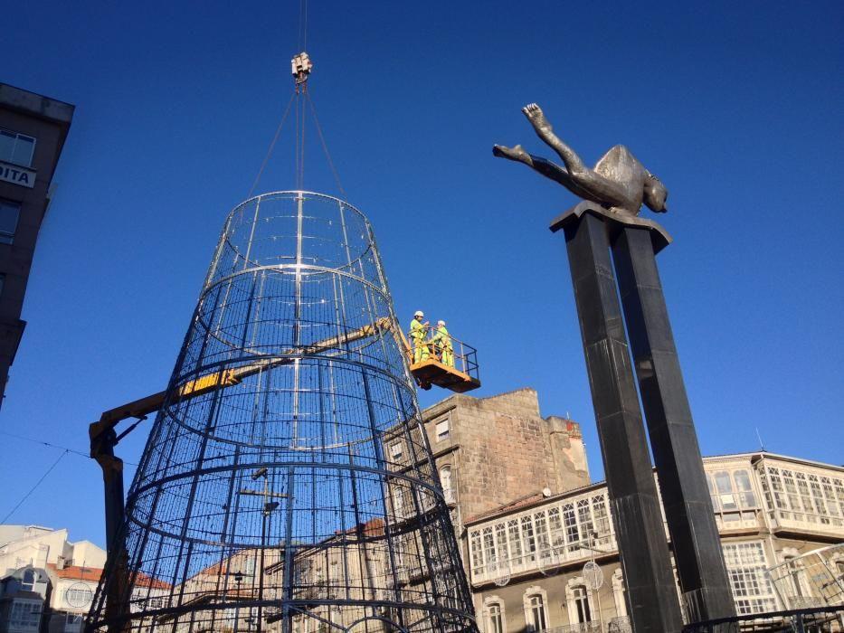 El árbol de Navidad de Vigo ya está instalado en Porta do Sol