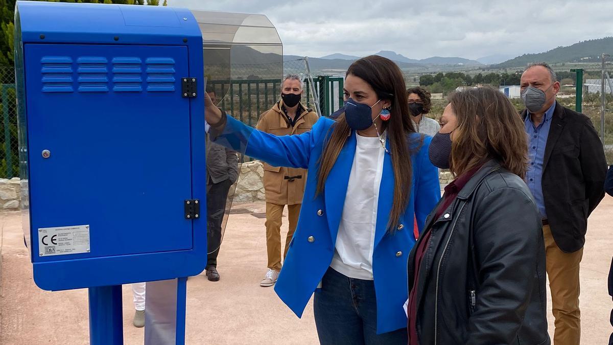 La consellera Mireia Mollà durant la visita a unes instal·lacions.