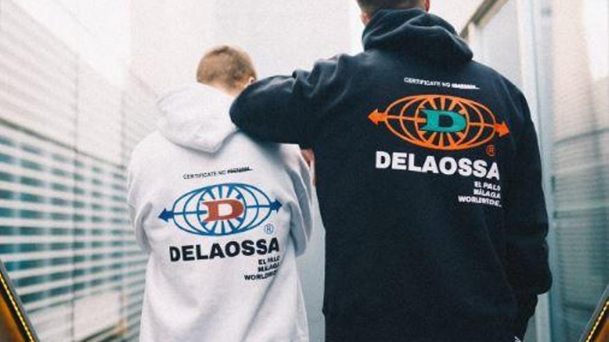 A Delaossa le quitan la ropa de las manos