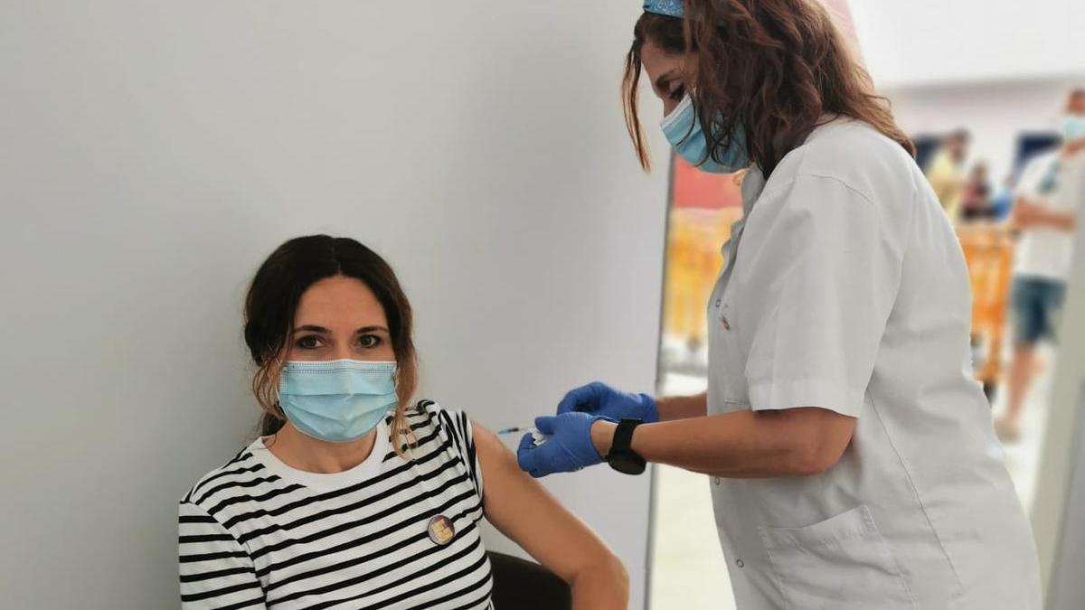 Vacunen a la Consellera de Presidència, Laura Vilagrà, al Palau Firal de Manresa
