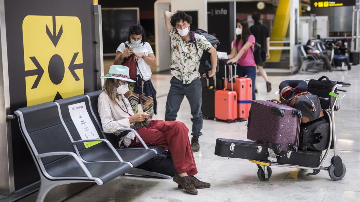 Passatgers d'un vol procedent de l'Uruguai a la seva arribada a les instal·lacions de la Terminal T4  de l'Aeroport Adolfo Suárez Madrid-Barajas, a 7 de juny de 2021, a Madrid