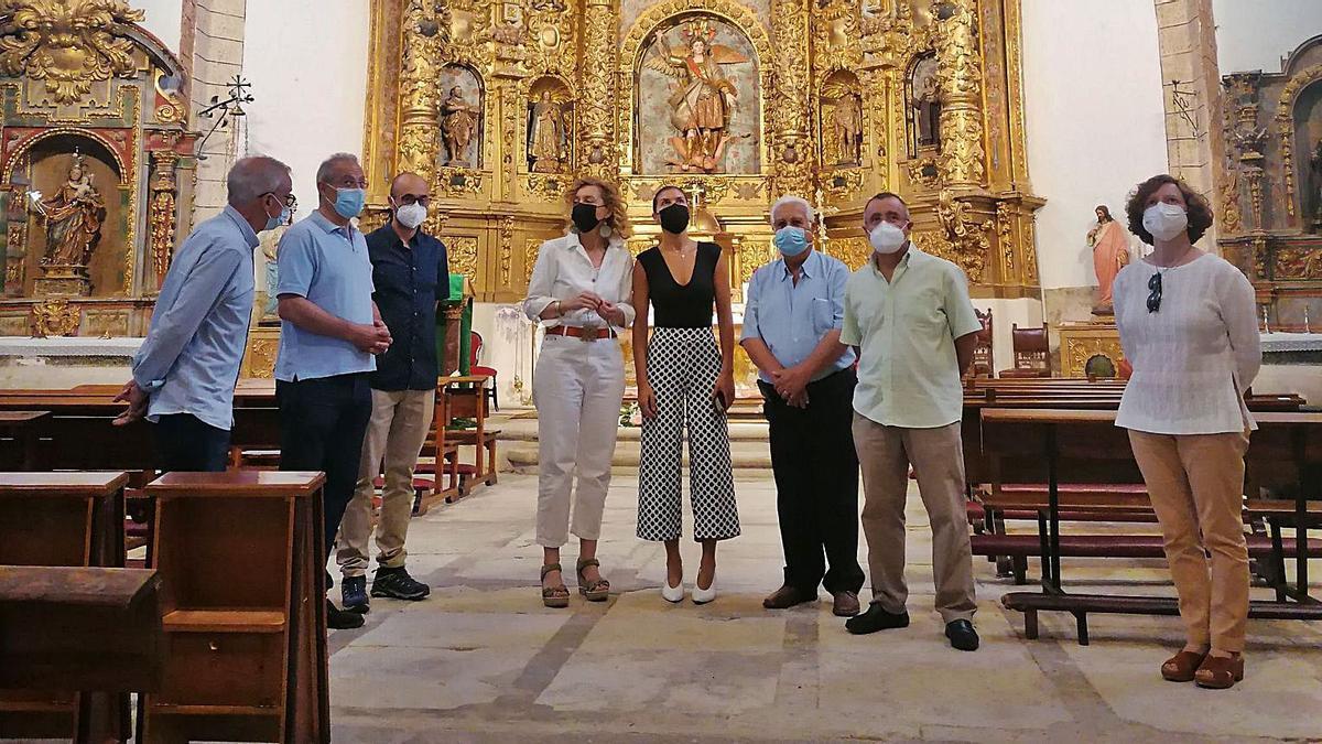 Pardo (cuarta por la izquierda) junto a San Damián, el alcalde, el párroco y técnicos comprueba el resultado de la obras en la iglesia de Abezames. | M. J. C.